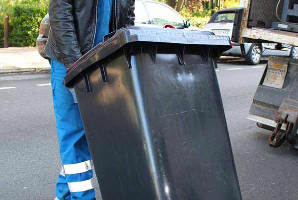Un agent transporte vos documents dans des conteneurs sécurisés